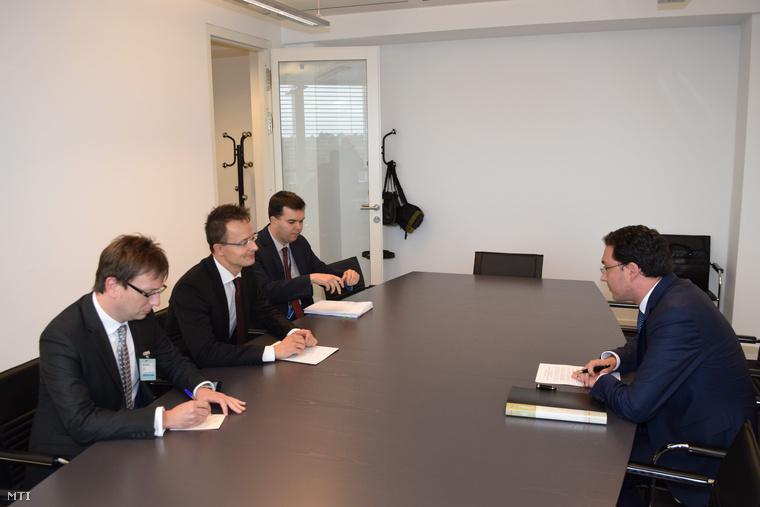 Szijjártó Péter külgazdasági külügyminiszter (b2) és Daniel Mitov bolgár külügyminiszter (j) a Földközi-tenger keleti részét és a Nyugat-Balkánt érintő migrációs útvonalról tartott konferencián Luxembourgban 2015. október 8-án.