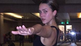 Tessék, itt egy kép a durván verejtékező Jessica Albáról