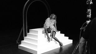 Mihalik Enikő most egy lépcsőn volt nagyon szexi