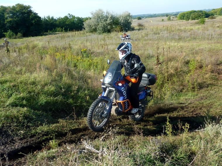 A KTM 990 Adventure terepgumikkal simán vette az akadályokat - a vezetője szemmel láthatóan nem ma volt először terepen