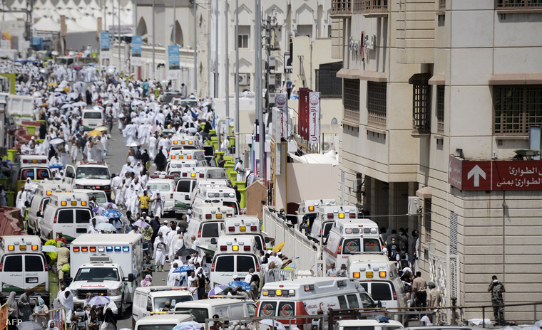 Szaudi mentők érkeznek megsérült zarándokokkal a minai sürgősségi kórházba 2015. szeptember 24-én.