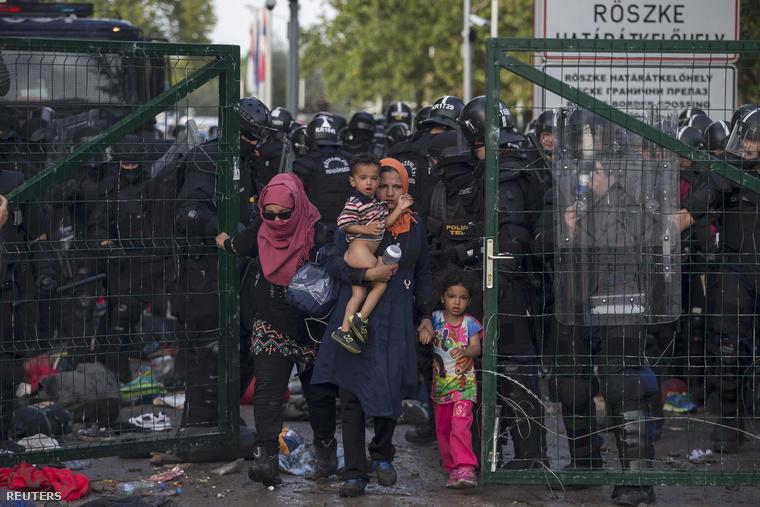 TEK-esek engednek át menekülteket a röszkei átkelőnél a határostrom napján