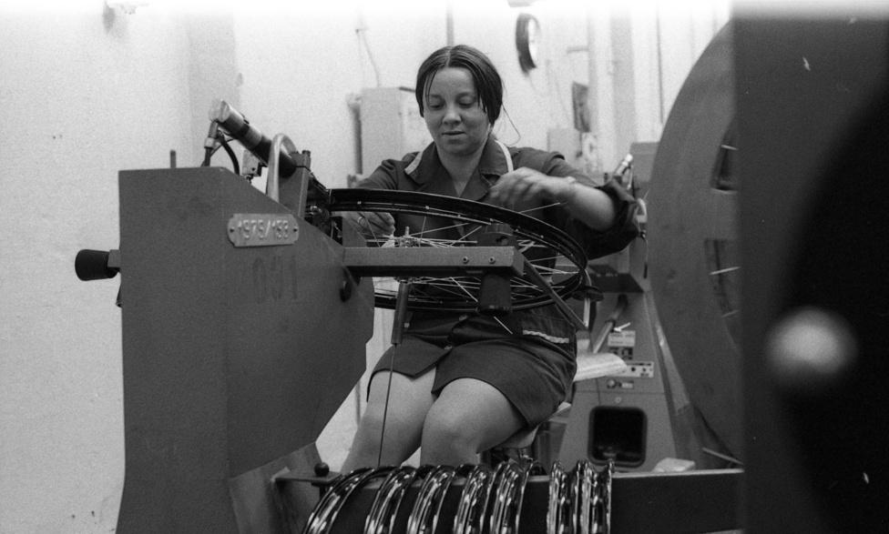 Míg kezdetben négyszáz dolgozóval indult a Weiss Mandfréd féle gyár, addig a nyolcavanas évekre a kétezer főt is elérte a munkások létszáma. Igaz, a kerékpárgyár eközben összeolvadt a varrógépgyárral és a ruhaipari gépgyárral.