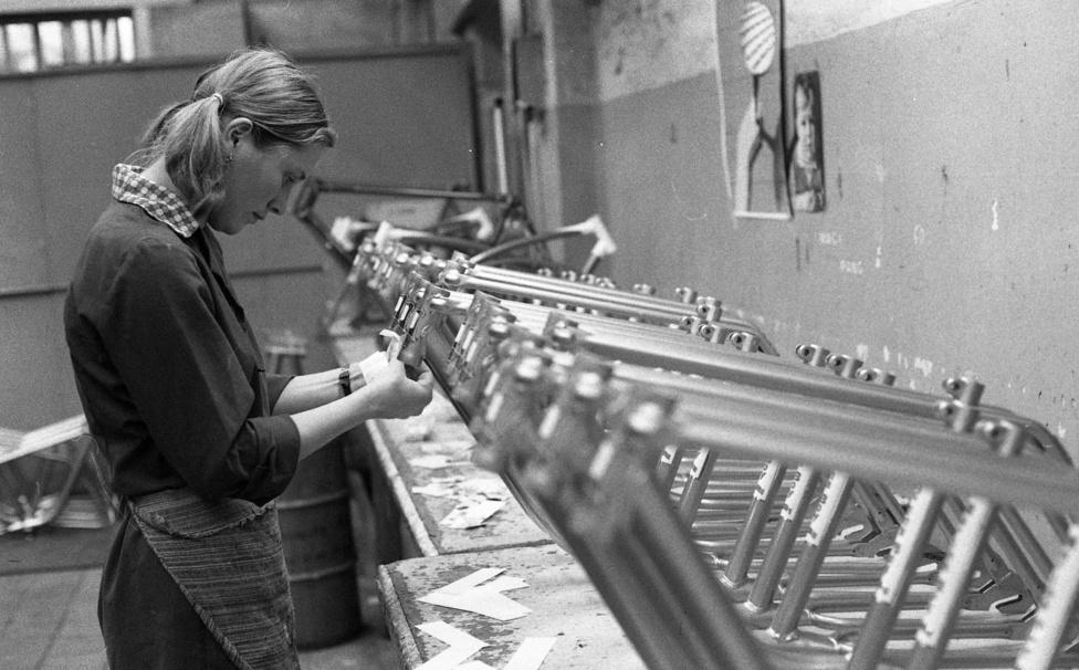 Nem véletlen, hogy újra és újra felbukkannak a fotókon a női munkások. A csepeli kerékpárgyárban dolgozók elég nagy arányát tették ki. Ennek is megvan a magyarázata. A szalagmunka kötöttségét jobban bírták a nők, és néhány, nagy kézügyességet igénylő szerelési fázisban, mint például a centrírozásban sokkal hatékonyabbnak bizonyultak a férfiaknál.
