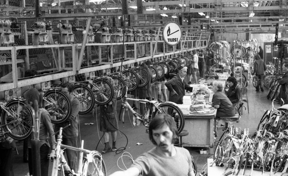 Hiába ontotta a gyár a kerékpárokat, előfordult, hogy itthon hiánycikk volt. Ennek nemzetgazdasági okai is voltak, a jó minőségű bicikliket könnyű volt exportálni, az Egyesült Államokba és Angliába is adtak el a Csepeleket. A bringákért kapott valuta pedig mindig jól jött az államnak. Nem véletlenül dotálták a csepeli exportot.
