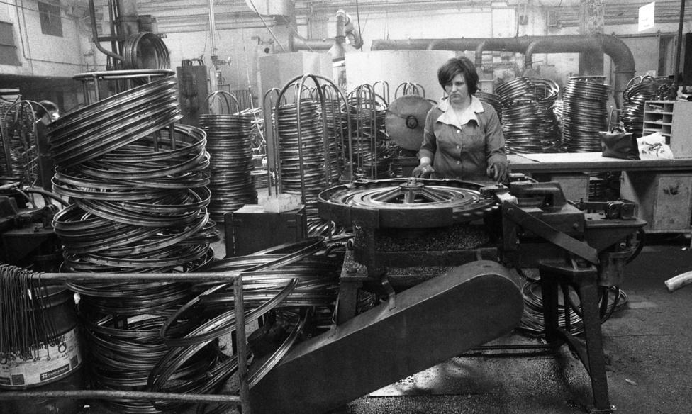 Csepelen sárvédőt, vázat, nyerget, pumpát is gyártottak, a Camping bicikli világítását  Bakony Művek szállította, a gumikat pedig a Taurus vagy egy vietnami gyár.