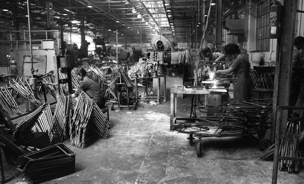 Weiss Mandfréd gyárát a bicikli népszerűségének felismerése hívta életre, és ennek megfelelően a tömegtermelést célozta meg. Az évi pár tízezer darab legyártásától az 1980-as évekig 250-300 ezerig fejlődtek.