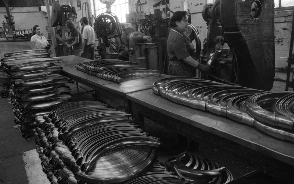A később a politikai kurzusok által sokszor átkeresztelt gyár (volt Rákosi Mátyás Művek is) már a kezdetektől arra törekedett, hogy a komplett kerékpárt saját alkatrészekből állítsák össze, csak néhány eleme származott más gyártótól.