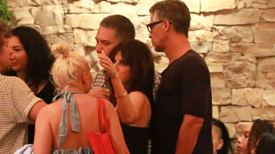 Sandra Bullock új pasijával és menő barátaival vacsorázott