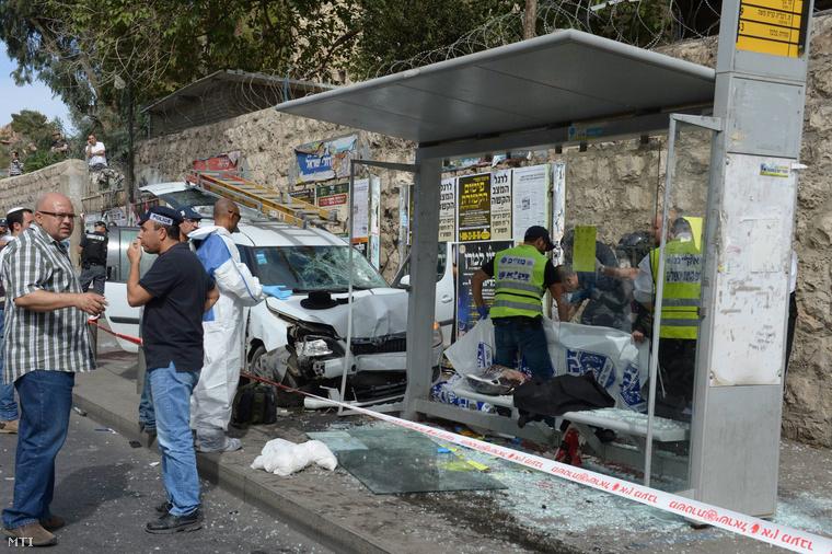 Az izraeli kormány sajtóhivatala által közreadott kép egy buszmegállóról ahová egy férfi gépjárművével felhajtott és halálra gázolt egy embert majd kiszállt a járműből és legkevesebb három járókelőt késsel megsebesített Jeruzsálemben 2015. október 13-án.