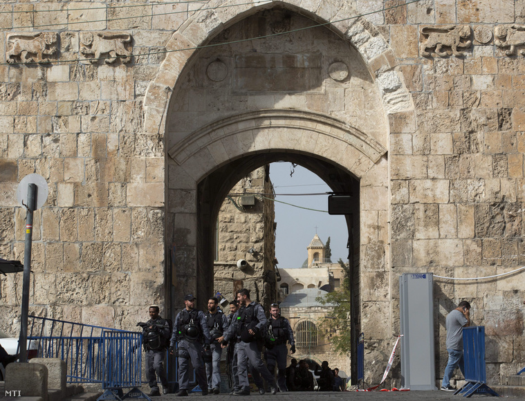 Izraeli rendőrök a muszlim negyed bejáratánál lévő oroszlános kapunál Jeruzsálemben 2015. október 12-én. A kapunál korábban lelőttek egy palesztin merénylőt aki megpróbált megkéselni egy határőrt. A 18 éves Musztafa Hatibként azonosított férfi kése beakadt a védőmellénybe.