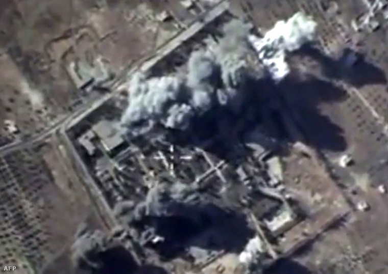 Az orosz védelmi minisztérium által október 12-én kiadott műholdfotó az egyik sikeres légicsapásról, a szíriai Idlib közelebén