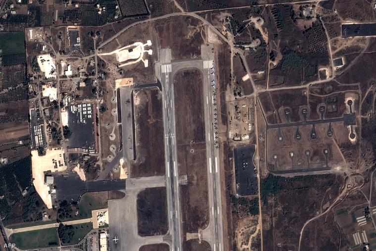 A Pleiades műholdfotóján orosz harci repülők és helikopterek láthatók a földközi-tengeri szír kikötőváros, Latakia repterén