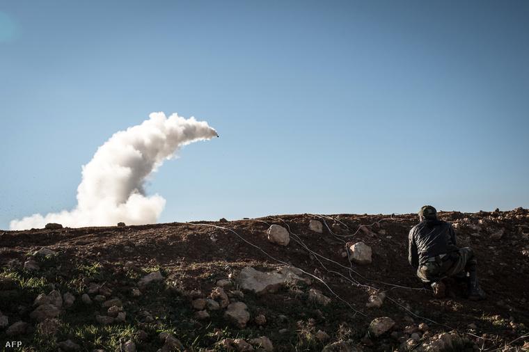 A mérsékelt szíriai felkelők által a kormányerőkre kilőtt rakéta Szíriában