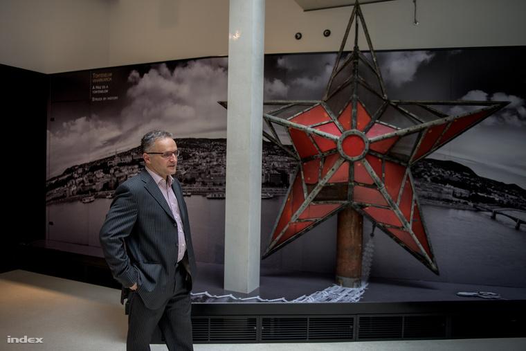 Wachsler Tamás, mellette a vörös csillag, amely nem is olyan nagy, mint emlékeinkben élt