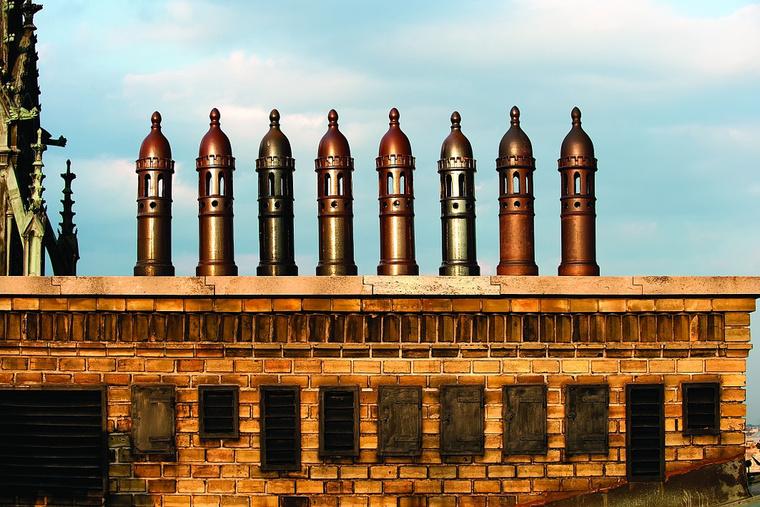 Az egyik tabló képe: szellőzőkémények az Országház tetején