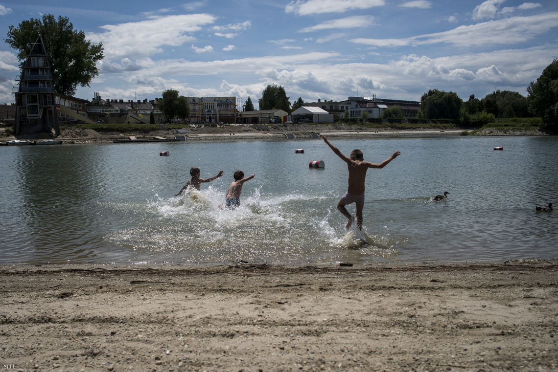 Kisfiúk fürdenek a Dunában a győri Aranyparton