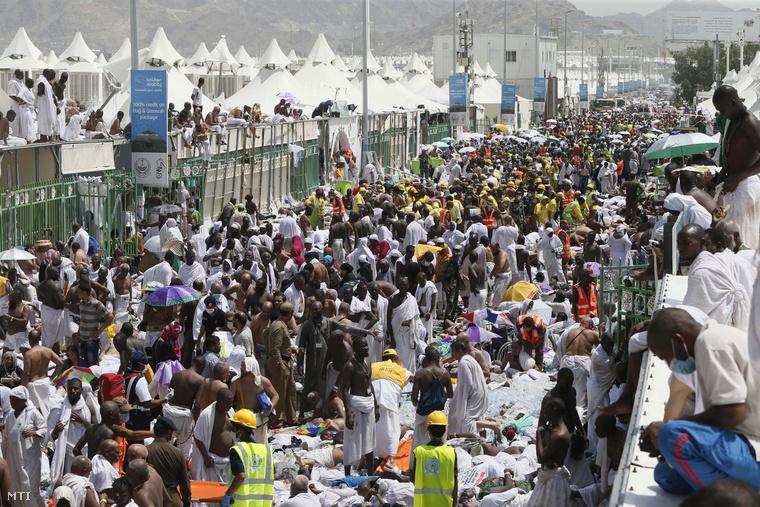 Muzulmán zarándokok és mentők az áldozatok között a Mekkától 5 km-re délkeletre fekvő Minában 2015. szeptember 24-én.