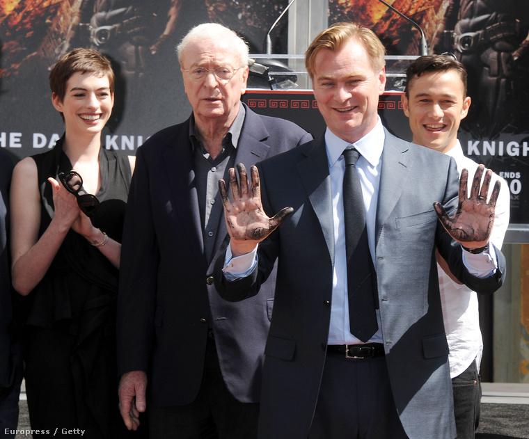 Christopher Nolan, Anne Hathaway, Michael Caine és Joshep Gordon-Levitt társaságában, mikor Nolan kéz- és láblenyomatát adták Hollywoodban.