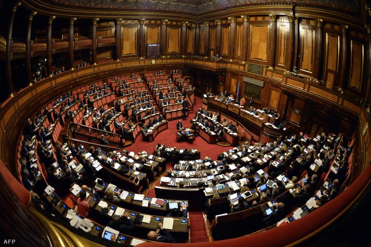 Az olasz Szenátus szavazása, amely lecsökkentette a felsőházi képviselők számát és ezzel befolyásukat is.