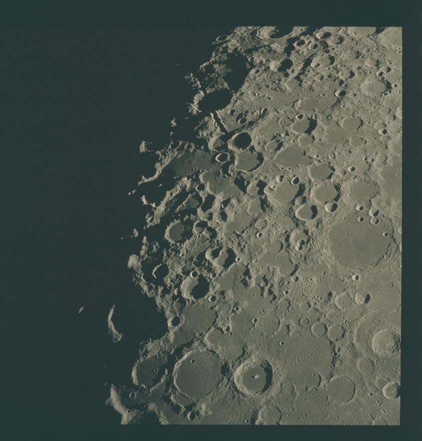 Az Apollo-missziók során a holdfelszín fotózása is nagy hangsúlyt kapott, a leszállás biztonsága mellett egyszerűen azért is, mert észbontó látvány, hogy a Holdhoz egyre közeledve folyamatosan egyre több és több kráter kerül elő.