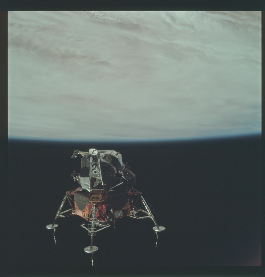 Bár logikus, mégis kevesen tudják, hogy az Apollo-küldetések kiválóan felépített tesztsorozatként működtek, ahol a leghíresebb, a holdraszállást elhozó 11-es küldetés előtt volt 9 másik, ahol valamit leteszteltek, ami aztán elhozta a 11-es sikerét. (Az Apollo-1 sosem érte el a világűrt, három héttel a tervezett start előtt egy baleset során keletkezett tűzben mindhárom pilóta életét vesztette.) A képen az Apollo-9 holdkompja látható, de a Föld körül, a misszió lényege ugyanis a holdkomp éles tesztje volt: a leszállóegység levált az anyaűrhajóról, elnavigált messzebbre, majd a tesztek után újra összecsatlakozott az Apollo-9-cel. Ez a küldetés talán nélkülözte a Holdat először megkerülő Apollo-8 körüli felhajtást, de a sikerhez ugyanolyan fontos volt, mint bármelyik másik, korábbi küldetés.