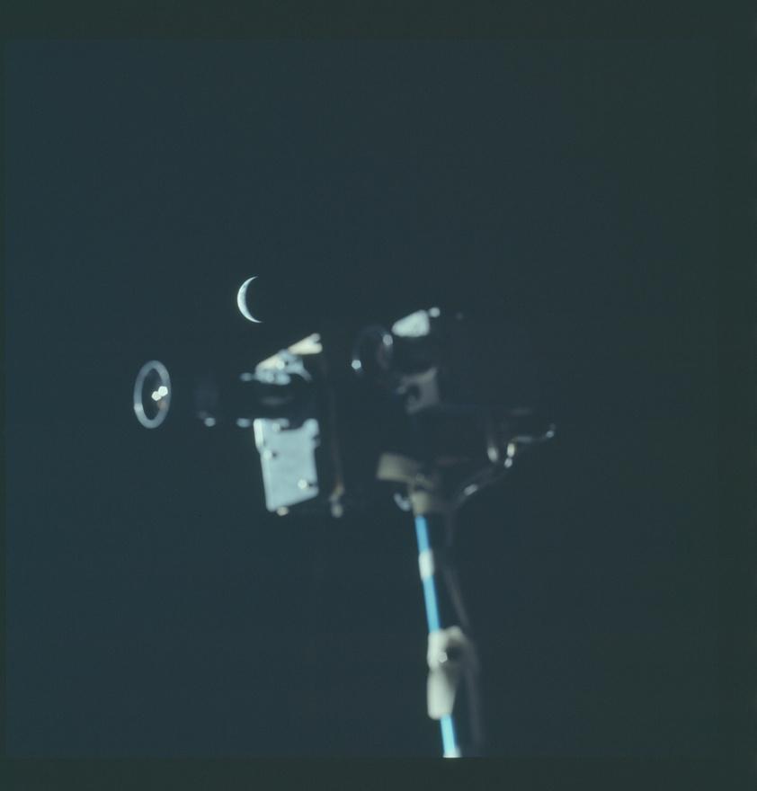 Az Apollo 17 legénysége Földsarlót is fényképezett. A kép előterében a Holdon használt filmfelvevők egy része látható. Az utolsó emberek a Holdon elég sűrű programot bonyolítottak: nemcsak 100 kilogrammnyi kőzetet gyűjtöttek össze, de a a holdjáró autót is megtörték kicsit. Az egyik sárhányót sikerült megnyomni, ezért menet közben a járművön utazó űrhajósokra szórta a Hold porát. Az űrhajósok végül néhány összeragasztott térképdarabot szigszalagoztak a törött alkatrészre.