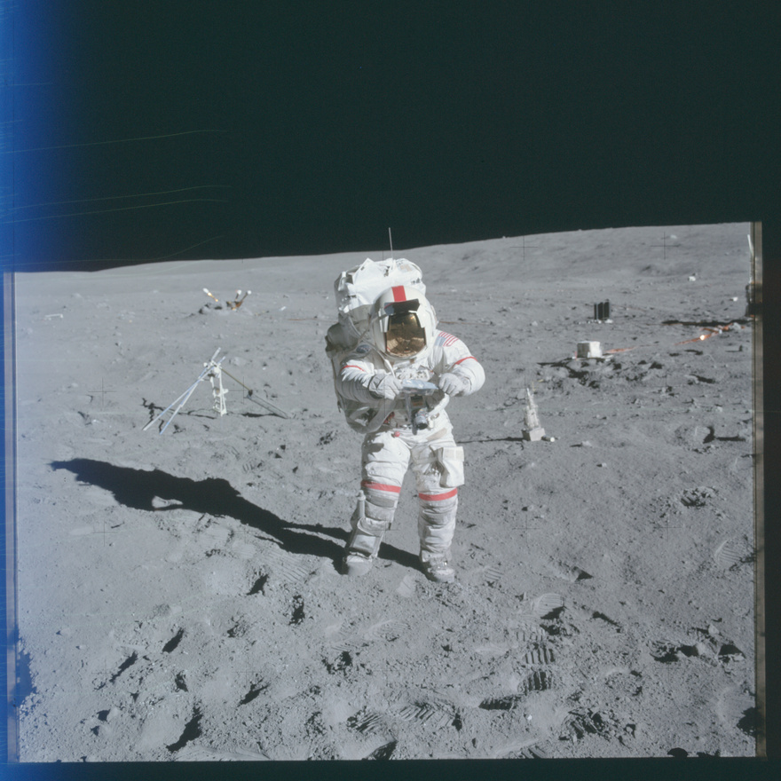 Az Apollo-16 parancsnoka, John Young. (Ugye, milyen könnyű felismerni a parancsnokot a hatalmas piros csíkokkal a szkafanderen?) Ezt a képet azért választottuk, hogy megmutassuk, hogy is fotóztak az űrhajósok a Holdon: a mellkasukhoz erősített Hasselbladokon próbálták a lehető legjobb képeket elkészíteni. Ha mást nem is köszönhetünk a Hold meghódításának, a motoros filmtovábbítást mindenképpen: a Hasselblad 500 EL volt az első gép, ahol nem kézzel kellet továbbtekerni a filmet exponálás előtt. A felszínen használt kamerák többségét a Holdon is hagyták, összesen egy tucat speciálisan a NASA igényeinek megfelelően kifejlesztett fényképezőgép hever ma is valahol a porban.