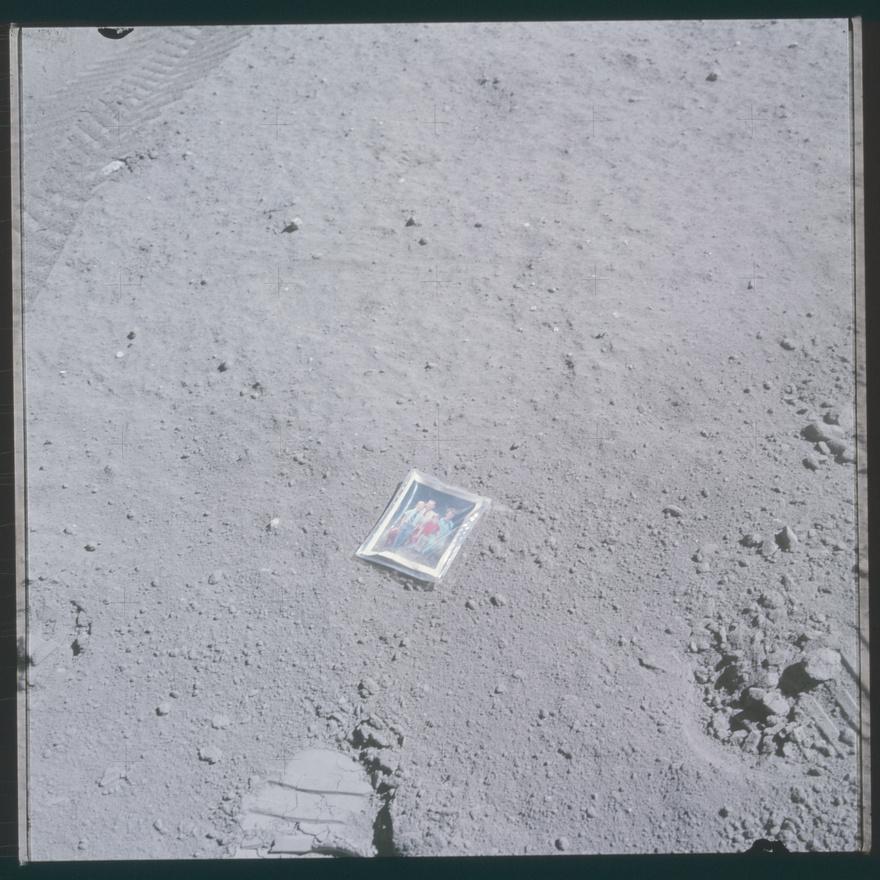 Charlie Duke, az Apollo 16 holdkompjának pilótája a családja fotóját hagyta ott a Holdon a leszállóhelytől nem messze. A leszállóhelyhez közel két krátert is Duke családja után neveztek el, az egyiket a gyerekei nyomán CAT-kráternek (Charles And Thomas), a másikat a felesége, Dotty tiszteletére Dotnak.