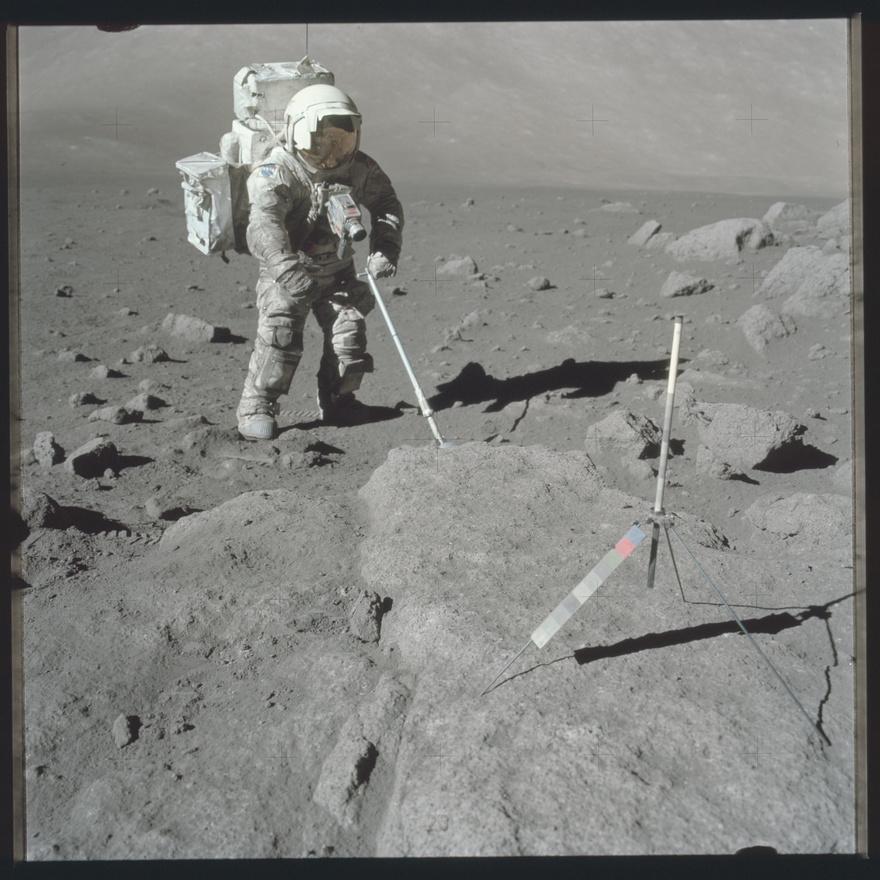 A Holdon eltöltött idő szinte végig feszített munkával telt, az űrhajósok mintát gyűjtöttek, különböző kísérletek felszerelését cipelték szét és szerelték össze, feljegyzéseket készítettek az eredményekről, és megfigyeltek mindent, amire a NASA utasította őket. Persze azért jutott idő érdekességekre is, Alan Shepard, az Apollo-14 parancsnoka például golfozott is a Holdon. Ezen a képen a sisak napellenzőit érdemes megnézni. Az eddigre kifejlesztett sisakok két részből álltak, az üvegbuborékra lehetett ráhúzni egy speciális borítást, Schmittnek még napellenzői is vannak (ezeket később már elhagyta a NASA).