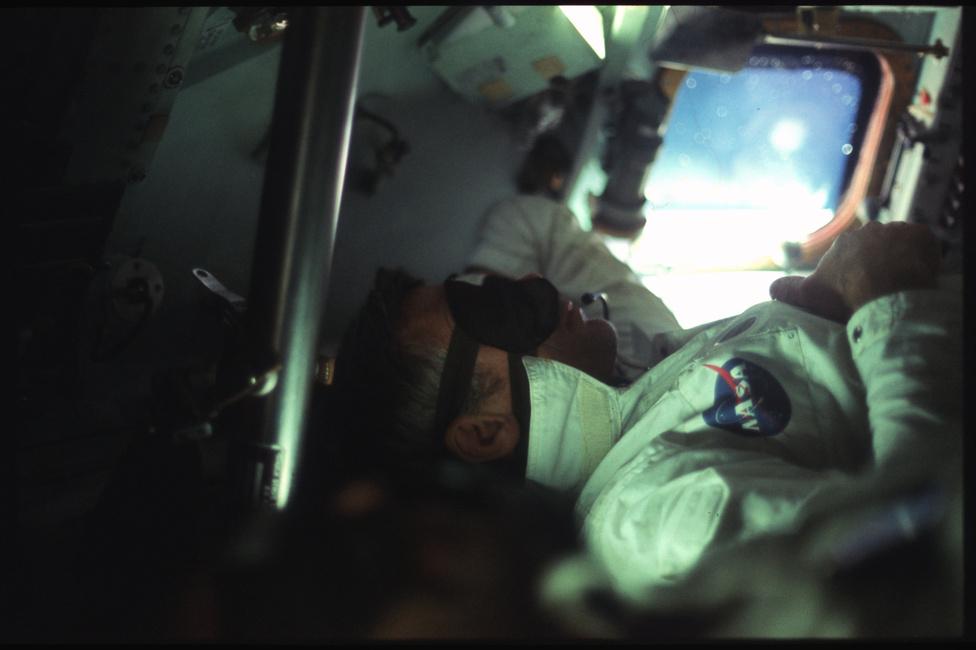 Eugene Cernan, az Apollo-17 parancsnoka  pihen az űrhajóban. A 17-es küldetés volt az utolsó, amely során ember járt a Holdon, de kihoztak belőle mindent, amit csak lehetett. Cernan és kollégája, Schmitt három napot töltöttek a Hold felszínén. Érdekesség, hogy ez volt az első Apollo-misszió, ahol sem a parancsnoknak, sem a többi űrhajósnak nem volt berepülőpilóta-múltja.