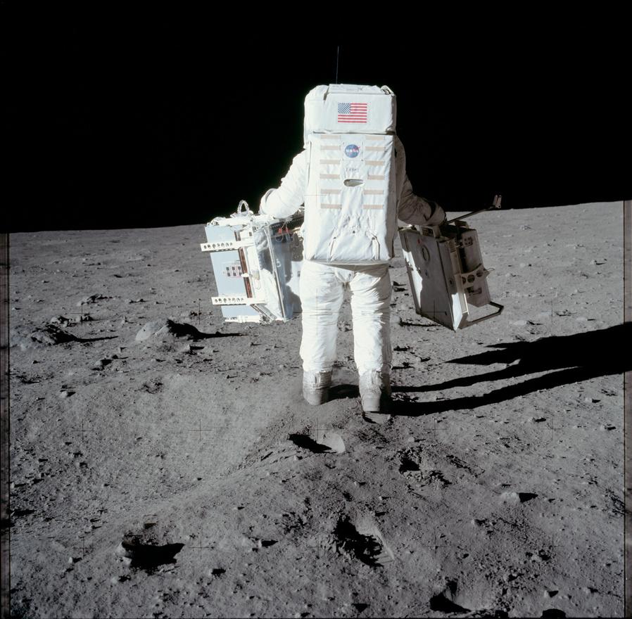 Az ember azt gondolná, hogy a második ember a Holdon komoly ünneplésbe fogott az első emberrel, ehelyett itt a bizonyíték, hogy Aldrin keményen melózott (Armstrong pedig fotózott). Az űrhajós bal kezében a Passzív Szeizmikus Kísérleti Csomag, a jobban pedig a Lézertávmérő Retroreflektor elemei vannak. Ez utóbbi, illetve a további küldetések során telepített hasonló egységek, például a Föld-Hold távolsággal kapcsolatban mutattak egy halom újdonságot a tudósoknak (és a The Big Bang Theoryban is erre lőtt rá Leonard a barátaival).