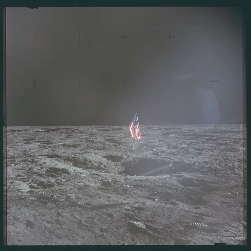 Az Apollo-12 ferdén felállított zászlója. A legénység megszenvedett ezért a képért, a zászlótartó hibája miatt nem tudták teljesen függőlegesen felállítani a rendszert, de megérte kicsit több időt áldozni a dologra: 2012-ben készült felvételek alapján a zászló a mai napig áll (bár a színek már valószínűleg kikoptak az anyagból).