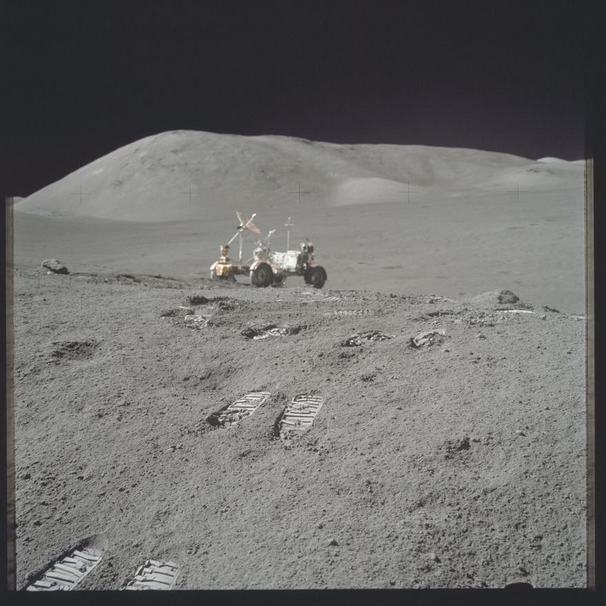 Az Apollo 17 holdjárója. 33,8 kilométert tettek meg vele az űrhajósok, és nagy segítségükre volt az egy mázsánál is több holdkőzet összegyűjtése közben. Ahogy a másik két holdjáró, ez is a Holdon maradt, egész pontosan a Taurus-Littrow völgyben (a másik kettő természetesen nem itt van). A Földön, kiállításokon látható holdjárók egyike sem eredeti, mind csak makett, mert az Apollo-18 misszió elkaszálásakor az arra tervezett holdjáró jövője is megpecsételődött, és még azelőtt széthordták a darabjait a többi küldetéshez, hogy elkészült volna.