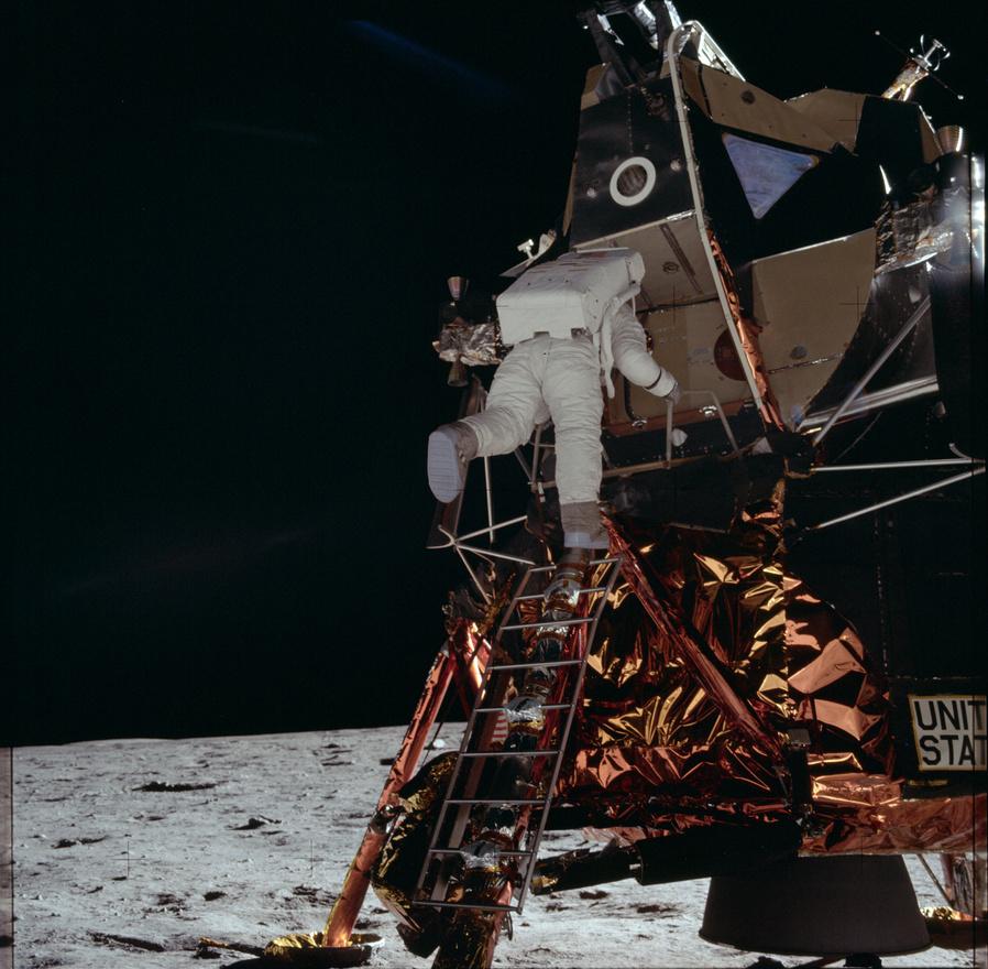 A második ember, aki a Holdra lép, épp mászik lefelé a létrán, miközben az első, már a Holdra lépet ember fényképezi. A kép érdekessége, hogy Armstrong pont elkapott egy pillanatot, amikor Aldrin egyik lába sem érinti a holdkomp létráját.