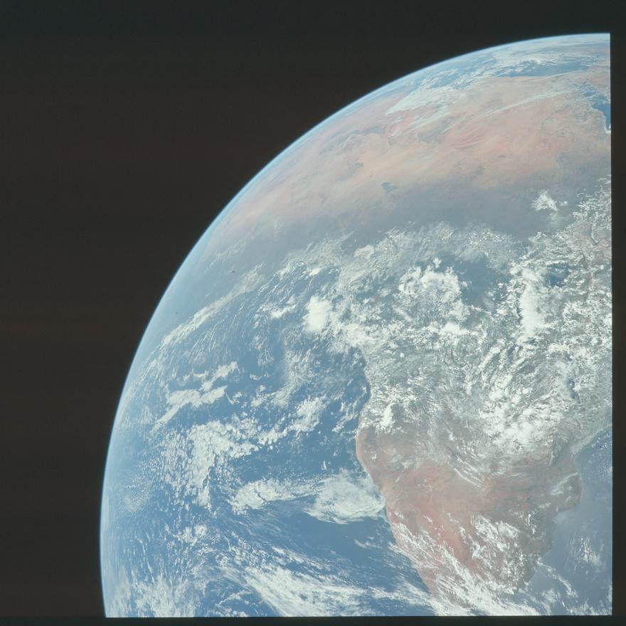 Az Apollo-küldetések során regeteg kép készült a Földről. Ezek egy része, például ez is itt, jól sikerült, de a Flickrre most feltöltött képeken az is látszik, hogy bőven akadt alul-, vagy éppen túlexponált, életlen és bemozdult kép is, annak ellenére, hogy az űrhajósok az kor legjobb gépeit kapták, és a kiképzésük szerves része volt megtanulni fotózni.