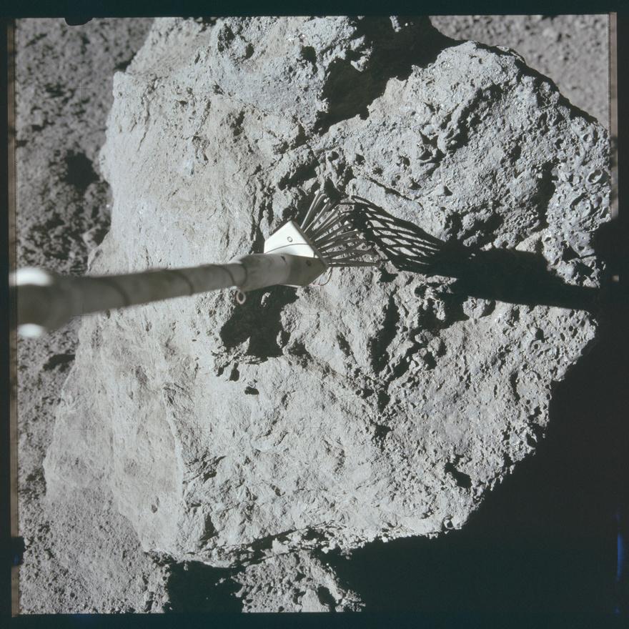 A holdkőzetminták begyűjtése nem is volt olyan egyszerű, mint gondolnánk. Eleve volt egy halom szerszám: a kézenfekvő kalapács mellett a képen is látható fura fogó, de akadt kicsinyített utcaseprőlapát és gereblye is, és egy idő után fúrókat is vetettek be, hogy a kis fémhengerekbe mélyebbről szerzett kőzetminták is kerüljenek. Azt tudták, hogy egy Thad Roberts nevű fickót évekre ítéltek, mert valóra váltotta az álmát, és szeretkezett egyet a barátnőjével a Holdon? De, tényleg: Mezrich ellopott egy halom kőzetmintát a NASA egyik laborjából, ahol gyakornokként dolgozott, otthon pedig kiszórták a lepedőre az értékes mintákat, és hajrá. Az FBI csapott le rá, 40 ügynök volt ott az akciónál, és végül 100 hónap fegyházra ítélték a ma elméleti fizikusként dolgozó férfit.