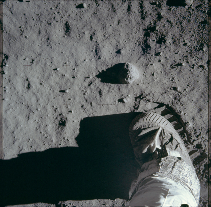 Pár másodperccel a leghíresebb holdfelszíni fotó elkészítése előtt Buzz Aldrin beletapos a porba, hogy aztán lefotózhassa a bakancs által hagyott nyomot.