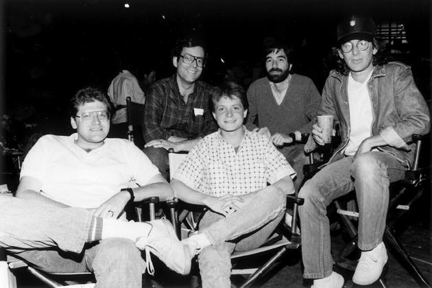 Zemeckis, Bob Gale (hátul) Michael J. Fox és Spielberg a Vissza a jövőbe forgatásán