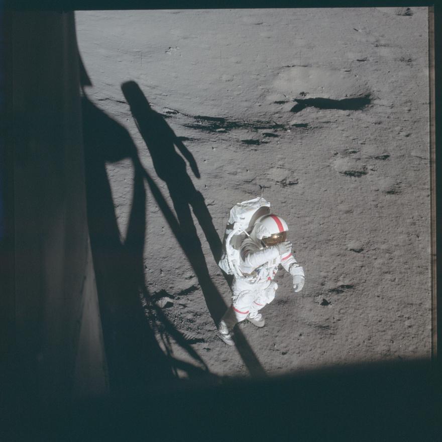 Az Apollo-11 idején derült csak ki, hogy a missziók tervezői egy fontos dolgot kihagytak a számításból. A fotókon látható szkafanderek teljesen ugyanolyanok voltak, nagyon nehéz volt azonosítani, pontosan kit is lehet látni a képen. Amikor a NASA sajtósai akartak egy képet az első emberről a Holdon, kiderült, hogy legtöbbször csak tippelgetni lehetett, hogy épp Armstrong vagy Aldrin van a képen. A problémát a parancsnokok szkafanderére festett, óriási piros csíkok oldották meg, ezeket először sajtókapcsolati csíkoknak nevezték el utalva a legfontosabb célra, később mégis inkább a parancsnoki csíkok elnevezés terjedt el.