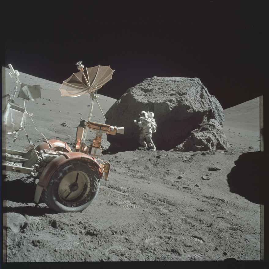 Harrison Schmitt, az Apollo-17 űrhajósa egy hatalmas holdszikla előtt. A képen jól látszik a holdjáró magyar szempontból legfontosabb alkatrésze, a speciális abroncs is. Pavlics Ferenc (és munkatársai a General Motors kutatórészlegében) fejlesztették ki azt a rács-abroncsot, amely segítségével az elektromos meghajtású holdjármű mozogni tudott a finom homokban.