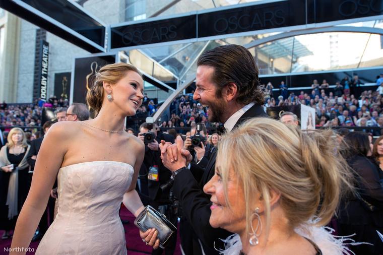 Jennifer Lawrences és Bradley Cooper a vörös szőnyegen, Hollywoodban