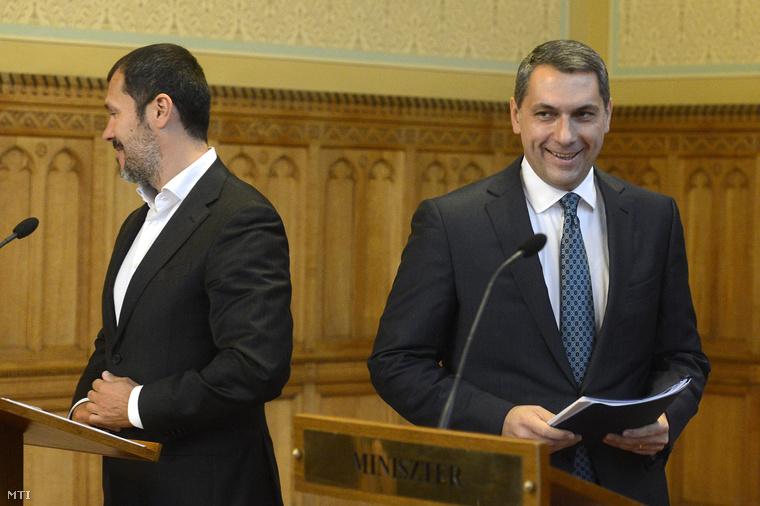 Lázár János a Miniszterelnökséget vezető miniszter és Giró-Szász András kormányzati kommunikációért felelős államtitkár érkezik az Országházban tartott sajtótájékoztatójukra 2015. október 15-én.