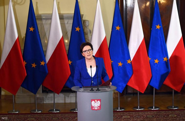 Ewa Kopacz lengyel miniszterelnök sajtótájékoztatón jelenti be hogy benyújtotta lemondását a lengyel házelnök és három miniszter a lehallgatási botránnyal összefüggésben2015. június 10-én, Varsóban.