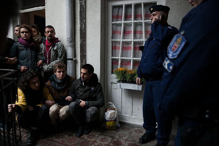 A Város Mindenkié aktivistái élőlánccal tiltakoznak Andreáék kilakoltatása ellen
