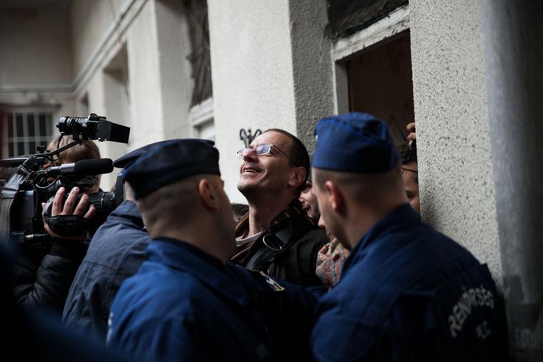 Rendőrök viszik el Andreáék lakásától az AVM aktivistáit