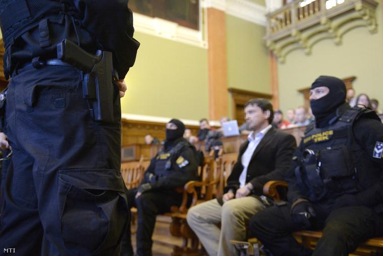 A Prisztás-gyilkosság miatt megvádolt P. Tamás (középen) az ellene és két társa ellen emberölés bűntette miatt indult büntetőper tárgyalásán a Fővárosi Törvényszék tárgyalótermében 2014. február 10-én.