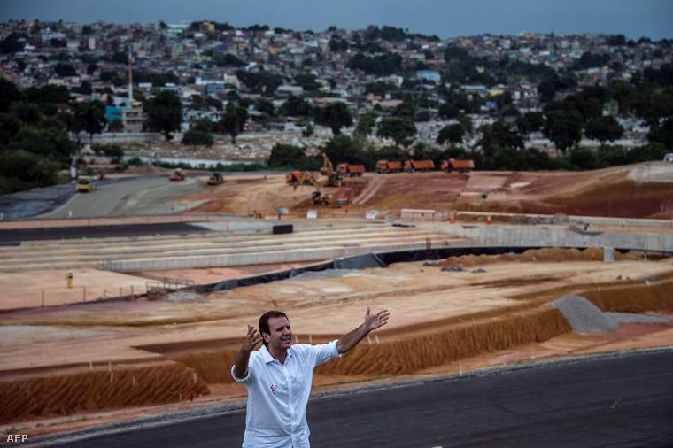 Rió polgármestere mutatja be az olimpiai park egyik építési területét a sajtónak