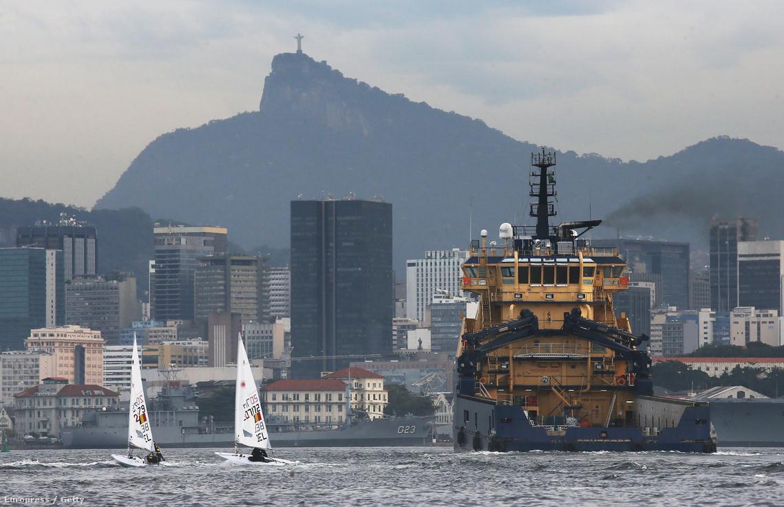 Belga vitorlások gyakorolnak a szennyezett Guanabara-öbölben