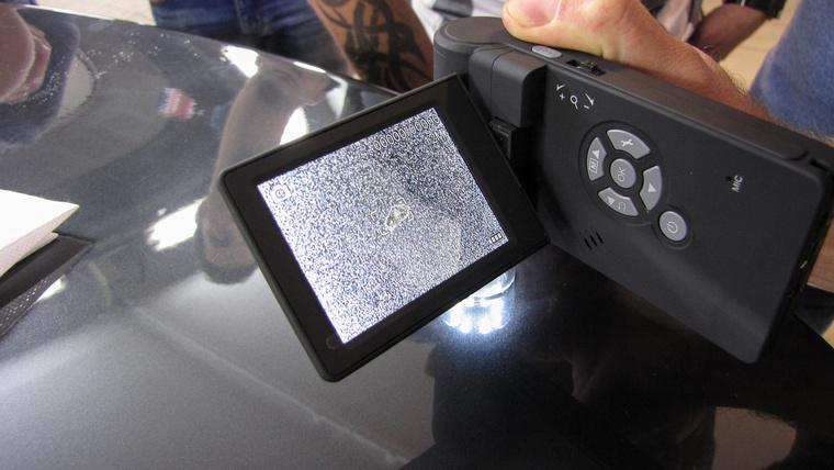 A digitális mikroszkóppal jól meg lehet figyelni, milyen szennyeződés van a lakkon